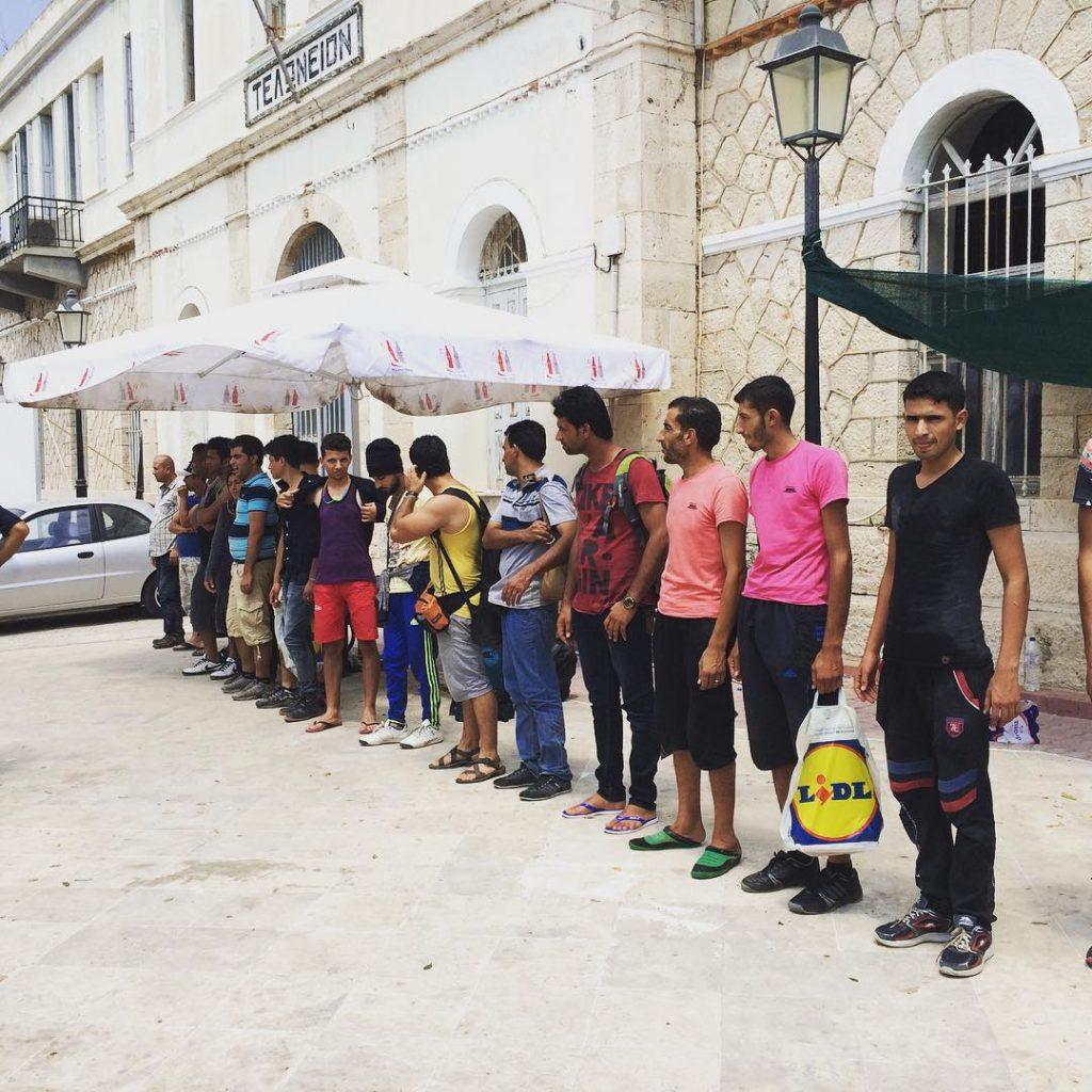 Die Flüchtlinge werden aufgereiht und registriert. Der Ton der Beamten ist besonders den Männern gegenüber harsch